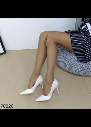 Лодочки туфли лаковые на шпильке каблуке 10 см бело бежевые