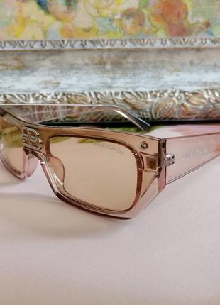 Стильные брендовые солнцезащитные очки унисекс с лого на переносице