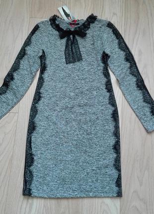 Серое трикотажное платье с кружевом, р.s