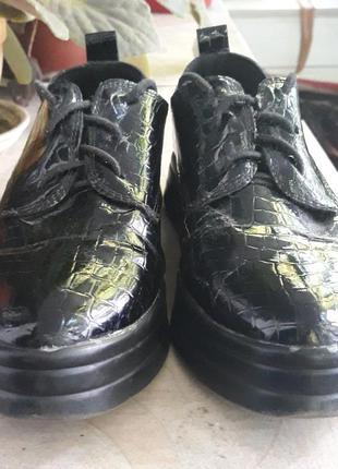 Лакированные чёрные туфли