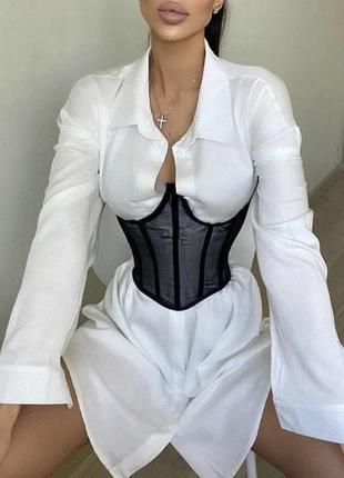 Модная белая рубашка с корсетом