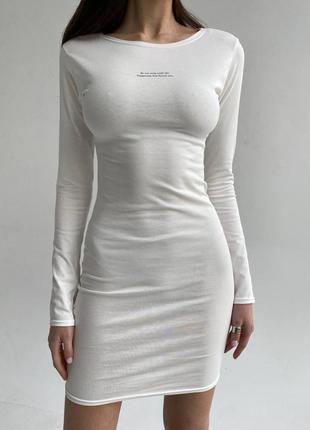 Стильное платье с нежной надписью на груди