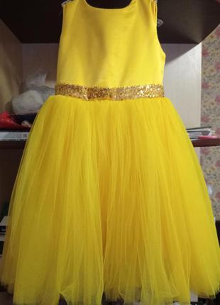 Яскрава сукня для юної леді