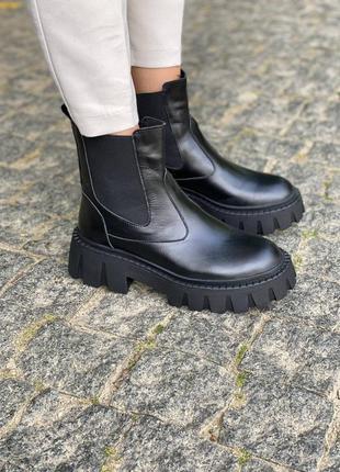 Зимние кожаные ботинки челси на массивной подошве