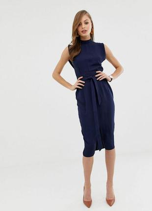 Красивое синее платье миди по фигуре с поясом