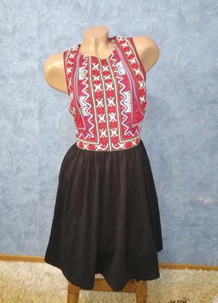 Шикарное платье миди с вышивкой и пушной юбкой с шнуровкой на спине в этно стиле