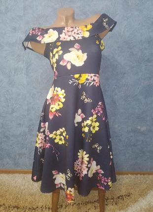 Шикарное платье миди с пышной юбкой в цветах с открытыми плечами