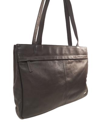 Трендовая кожаная сумка локаничной формы в стиле cos, zara