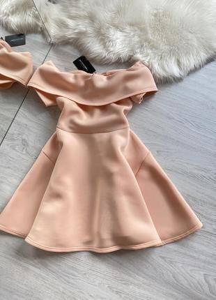 Шикарное персиковое неопреновое платье на плечи