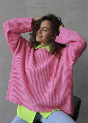 Яркий розовый тёплый свитер прямого кроя