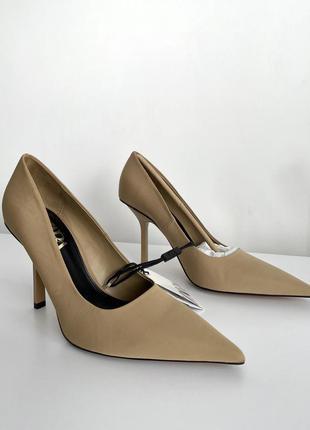 Бежевые туфли на шпильке от zara, острый носок 39 р.
