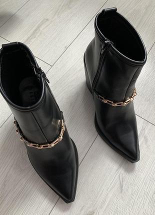 Чорні ботинки жіночі з гострим носком, с цепью, тренд 2021