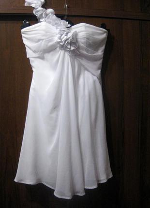 Красивое белое корсетное платье