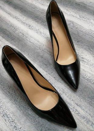 Классические лаковые кожаные туфли лодочки  на каблуке
