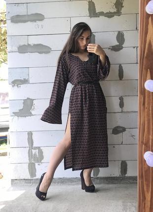 Красивое платье с разрезами стильное