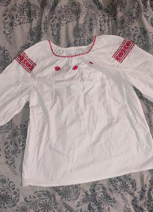 Жіноча вишиванка червоно-чорна вишивка хрестиком українська національна з коротким рукавом