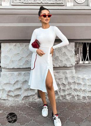 Белое трикотажное платье в рубчик с планкой