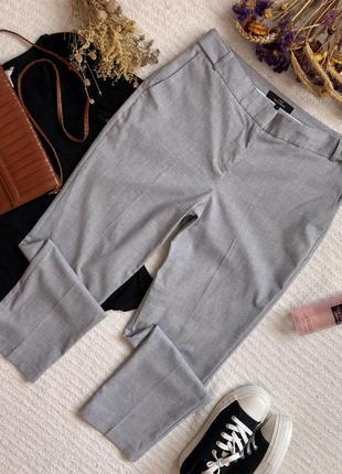 Классические зауженные брюки с кантами серого цвета