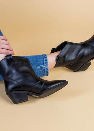 Ботинки казаки кожаные черные демисезонные