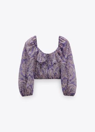 Блуза сиреневая укороченная в принт пейсли декорирована рюшами воланами zara