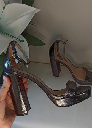Новые туфли на высоком блочном каблуке