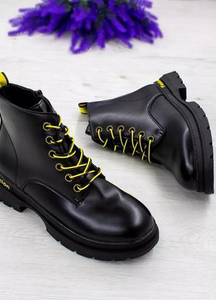 Стильні жіночі черевички з кольоровими шнурочками.  екошкіра!
