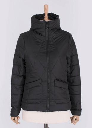 Стильная черная осенняя деми куртка с капюшоном короткая