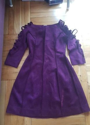 Замшевое платье с плетеными рукавами