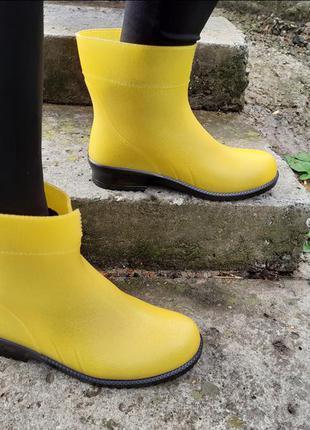 Желтые короткие резиновые сапоги резинові чоботи гумові