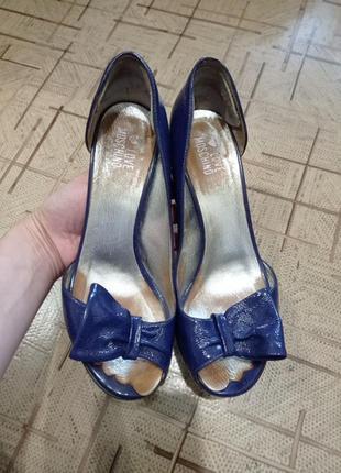Яркие кожаные лаковые туфли босоножки moschino оригинал