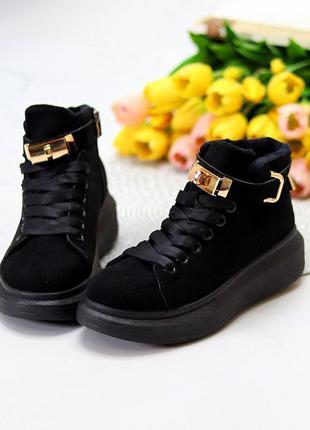 Черные замшевые женские кроссовки на флисе с золотым декором и замочком     к. 8524