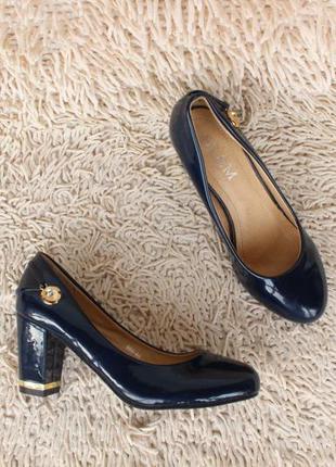 Аккуратные туфли 36 размера на удобном каблуке