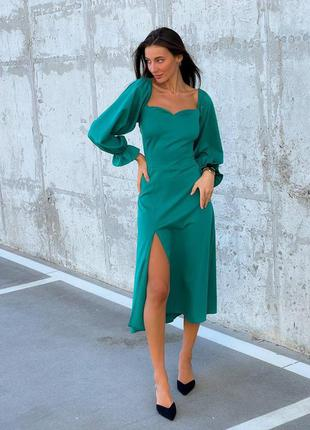 Зеленое платье миди с разрезом и шнуровкой