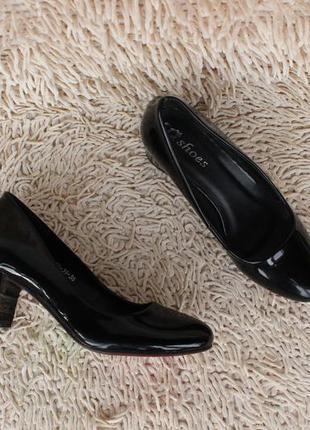 Черные лаковые туфли 38 размера на удобном каблуке