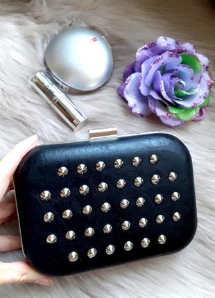Черная сумка клатч с шипами кожзам