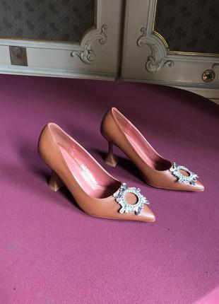 Карамельные коричневые туфли лодочки с брошкой амина муадді amina