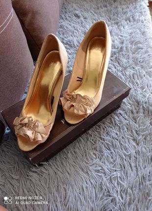 Туфли с открытым носком.
