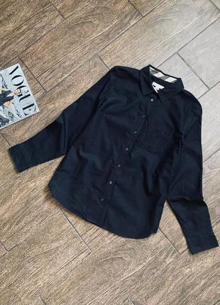 Красивая черная рубашка с длинным рукавом