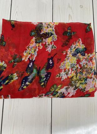 Красный яркий шарф