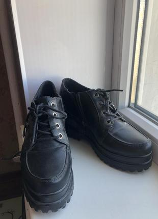 Чёрные демисезонные ботинки на танкетке тракторная подошва