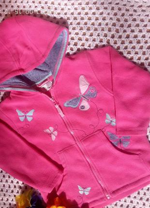 Очень красивая розовая флиска с  аппликацией и капюшоном.