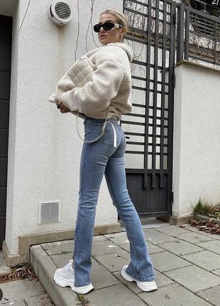 Расклешенные джинсы скини с разрезами