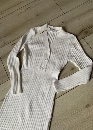 Белоснежное платье в обтяжку