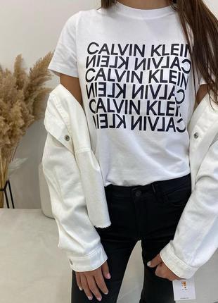 Женская белая футболка calvin klein reverse logo
