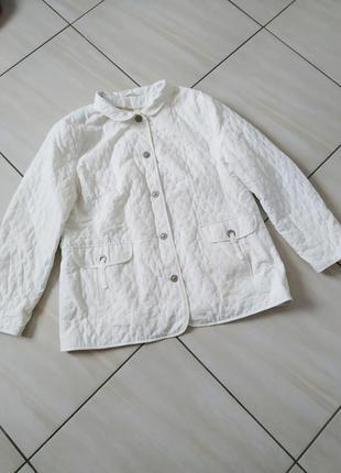 Трендова білосніжна куртка демісезон стьобанна