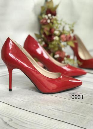 Красные лаковые туфли ,средний каблук