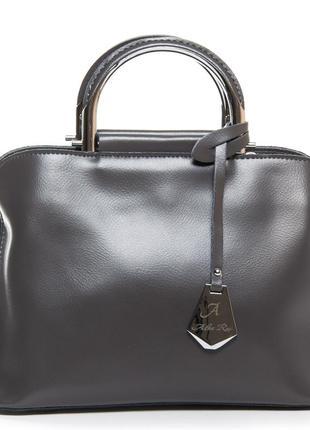 Женская сумочка изготовлена из натуральной кожи.