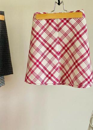 Белая твидовая мини юбка в красную клетку