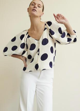 Блуза белая в крупный горох с v образным вырезом на пуговицах и объемными рукавами zara