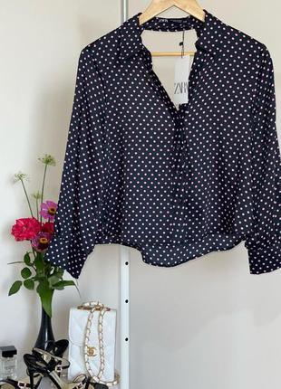 Черная блуза в мелкий розовый горох с вырезом на спине